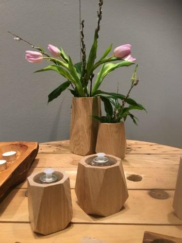 Vaser og olielamper i egetræ fra Heldal Design