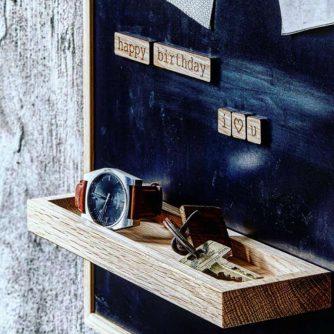 Notice shelf lille med magnetord er en magnetisk bakke til at hænge på opslagstavler fra The Oak Men