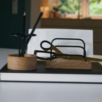PEN UP blyantholder og brevholder i eg/black fra dot aarhus