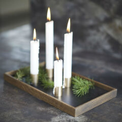 Candle Tray De Luxe fra The Oak Men med bakke i røget egetræ og lyseholdere i messing