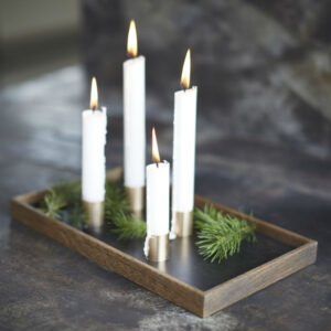 Candle Tray De Luxe fra The Oak Men med bakke i røget egetræ og lyseholdere i messing